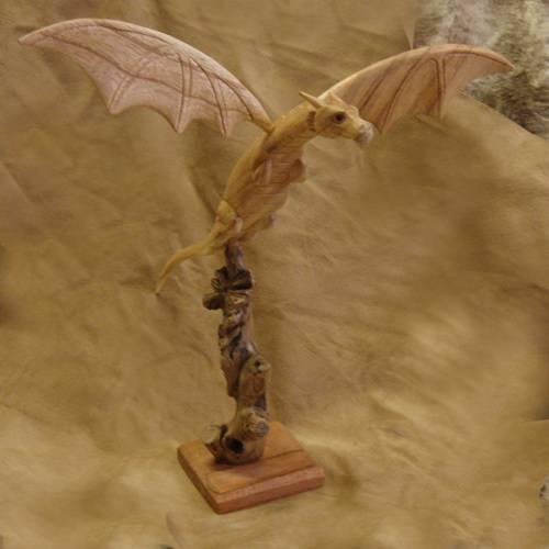 Drache Schnitzerei fliegend