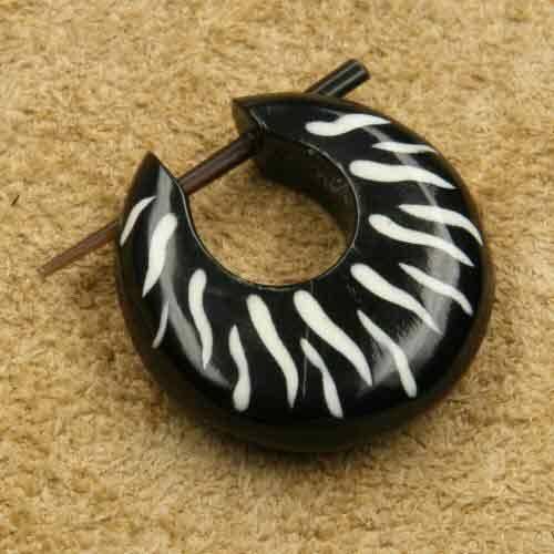 Horn breit verziert geschnitzter Ohrschmuck