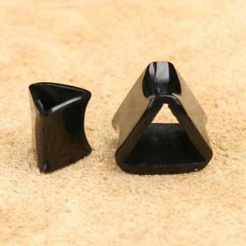 Ohrtunnel aus Horn Triad Ohrpiercing