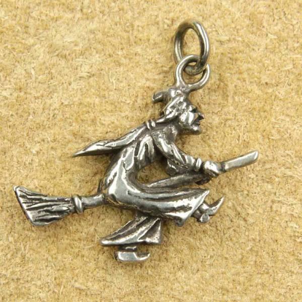 Hexe auf Besen Schmuck Anhänger Silber